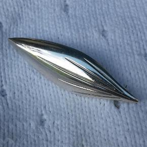 Varetype: broche - stiliseret blad Størrelse: 600*18 mm Farve: Sølv  Velholdt broche. Stiliseret blad i sterling sølv. Mesterstemplet HS