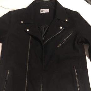 Sælger den super fede læder jakke fra Jack&jones og sælges grundet den aldrig blir brugt  STR L Cond 10/10 NP ca 1800 MP 800  Brugt maks 2 gange.