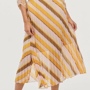 Super fin nederdel i gul/lyserød/brun med slids og elastik i taljen fra second female!❤️ str. xs (lidt lille i str.) og brugt få gange🌸 jeg er 160cm og bruger str. 34/xs❤️ Husk at se mine andre annoncer - giver gerne mængderabat😊