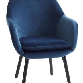 2 flotte velour lænestole i blå sælges. Slidstærkt velourbetræk og ben i solid eg.  B66 X H85 fra ben og op til sæde.  D68 cm.  Helt nye, kun 1 måned gamle, aldrig brugt.  Købspris 1099 kr pr stk - Sælges for 550 kr stk - 1099 kr for 2 stole.   Skal afhentes på Frederiksberg.