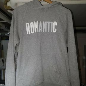 En romantic hoodie som mangler snoren. Jeg har stadig kvitteringen og jeg tilbyder gerne levering. Den er unisex