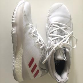Helt nye indendørs sko til fx. håndbold. Skoen er en ny model i butikkerne, de er brugt i 14 dage før jeg måtte konstatere at jeg havde købt dem for små. Så de er som helt nye. Købt til 1100kr sælger for 450kr eller kom med et realistisk bud.