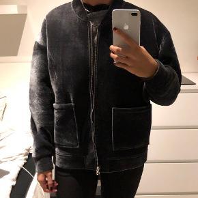 Fin jakke fra Zara. Sælges da jeg ikke får den brugt