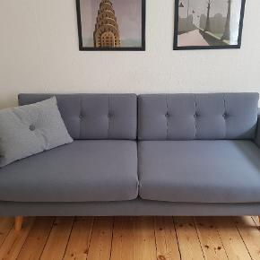 Sofa fra sofakompagniet, model vera. 3 pers. Købt i 2017. Fremstår i flot stand uden slitage. Nypris 7000, kvittering haves ikke længere. Skal bæres ned fra 1. Sal, 2300 Kbh s.  Højde 78 cm Bredde 216 cm Dybde 94 cm Sæde dybde 61 cm Indvendig bredde 196 cm Sæde højde 47 cm Ben 17 cm, kan skrues af SKU 078803059010