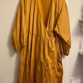 Har været i brug en enkelt gang.  Farven er gul-orange.  100% bomuld.
