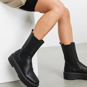 Super fine støvler fra asos. Minder lidt om de meget populære støvler fra zara  Brugt en gang