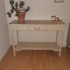 Fransk lignende konsol bord sælges. Har tydelige vintage/brugsspor. Spørg efter flere billeder.  Kan leveres i Aarhus mod betaling.  Længde 119 cm Højde 81 cm  Dybde 50 cm  Ny pris pr 11.1.20 (fra 800 kr) til 600 kr