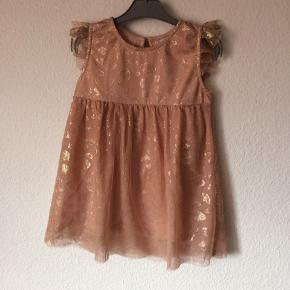 Miniature - tyl kjole Str. 92 Næsten som ny Farve: lyserød Køber betaler Porto!  >ER ÅBEN FOR BUD<  •Se også mine andre annoncer•  BYTTER IKKE!