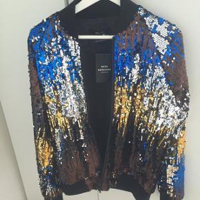 Vil du have opmærksomhed i byen? Eller har du svært ved at score damer? Så køb denne fede glitter jakke fra Mads Nørgaard og du vil med garanti få opmærksomhed. Brugt meget få gange og har altid givet gevinst 👌🏼