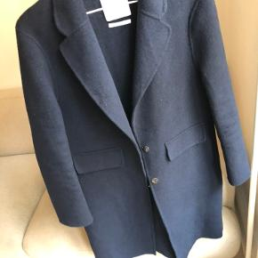 Mango coat in very good condition, great for autumn/warmer days in winter. Fabric: wool blend (48% wool)