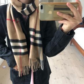 Sælger mit elskede Burberry tørklæde, det er det originale mønster! Det er helt nyt, kun haft på kort en gang, så derfor i en perfekt stand! Kvitteringen medfølger:)) byd gerne