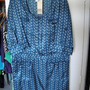 """Varetype: Kjole med fald på hoften Farve: - Prisen angivet er inklusiv forsendelse.  Flot kjole, desværre er den købt for lille                Båndet som vises på billedet """"falder"""" på hoften og giver en flot figur."""