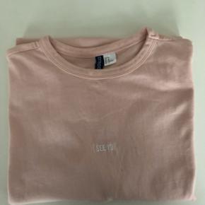 H&M DIVIDED. T-shirt. Str. M. Kan sendes mod betaling af porto kr. 40,00 med DAO.