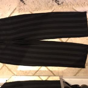 Fede vidde bukser, med sorte striber. Få tegn på slid, men ellers god stand