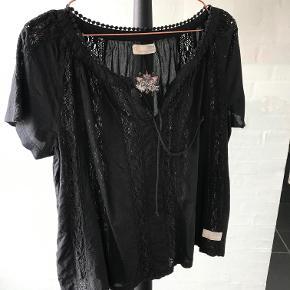 Odd Molly sort bluse str. 3 i Odd molly str ;-)  Kun brugt få gange fremstår uden slid  100 % bomuld BYTTER IKKE