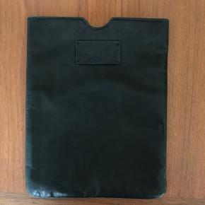 Designers Remix iPad etui i sort læder. Er brugt og kunne måske bruge noget læderbehandling til at friske op