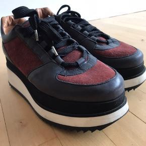Ganni sneakers i perfekt stand - de er brugt meget lidt og fremstår nye.   Jeg mødes gerne og handler i København.  Bytter ikke!