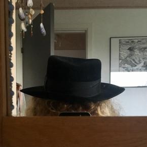 Flot sort hat 🎩 Størrelse 54 Sælges da den er for lille til mig