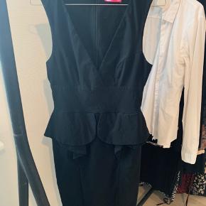 """Den flotteste """"gå-i-byen"""" kjole ! Giver en perfekt timeglas figur, og fremhæver de kvindelige former ! Svarer til en str M/L. Der er super meget stretch i, så den kan nærmest bruges af alle, men sidder stadig super flot til ! Skal prøves !"""