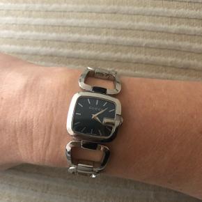 Super fint ur fra Gucci i stål 2,4 mm med safir glas / blå Skive og vandtæt. Brugt sparsomt med alm. brugstegn. Har ikke kvittering mere men mødes gerne i Holte guldsmed hvor det er købt.  Nypris 5.500