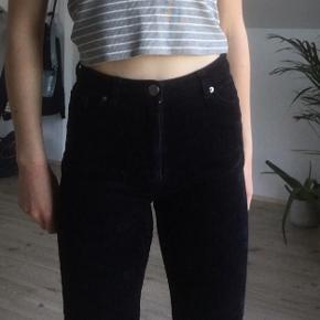 Et par meget navy blå fløjls bukser fra monki  Så gode som nye, brugt et par enkelte gange  #30dayssellout