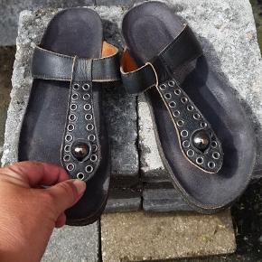 Brand: Cashott Varetype: Slippers Farve: Sort Oprindelig købspris: 700 kr.   Sælger disse seje cashott tåsplit sandaler m. Nitter i sort  skind. Haft dem på bare et par gange. Da min vrist er lidt høj kan jeg føle at jeg glider ud af dem, Ellers dejlig behagelige.  Prisen er fast. Handler via ts eller over mobilepay.