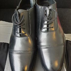 Helt ny sko fra Tiger of Sweden, model Lundh, farve sort, str 46. Dustbags til  skoene medfølger. Nypris 2500 kr.