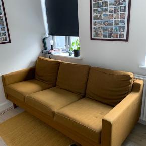 Vintage trepersoners sofa i karrygul sælges (hvis det rette bud byder sig)