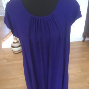 Lang tunika/kort kjole i ren viscose. Smart detalje i nakken, se billede