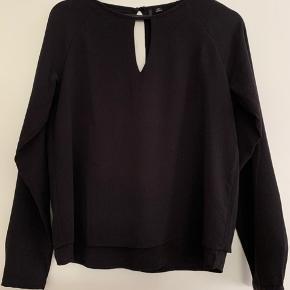 Sort trøje med hul øverst på både for- og bagside.