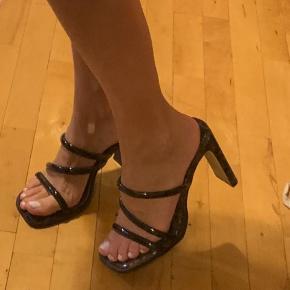 Lækre stiletter højhælede 90s stil heels, fra asos. Gode at gå i, kun prøvet på hjemme ❤️ byd☀️
