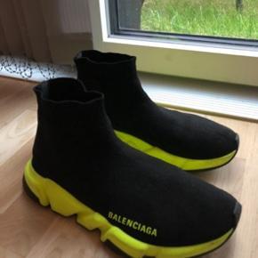Super fine Balenciaga speed trainers som er fantastiske at gå i. Brugt meget lidt. Sort med neon farvet såler. Kan sendes. Box medfølger.