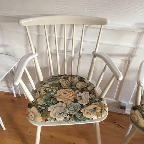 To stole i træ med hynder med blomsterprint. Træstole, ribbestole. Har arvet dem, men har desværre ikke plads længere. Sælges samlet.