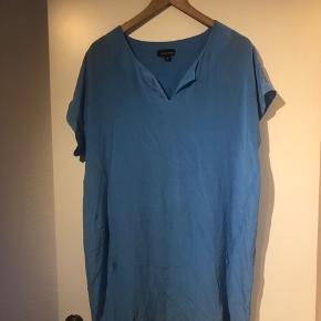 Kjolen er i silke og brugt 2-3 gange. Farven matcher billede 2.  Bud modtages gerne. Køber betaler fragt.