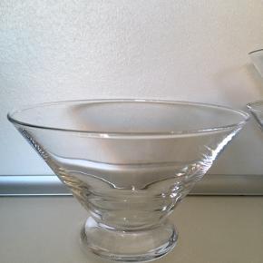 Holmegaard Meantime skåle i klar glas. Udgået af produktion.  Rummer 550 ml, højde 19 cm og diameter 15 cm.  Sendes ikke. Befinder sig på Nørrebro, hvor de kan hentes. Kan efter aftale også hentes i Aalborg området.   50 kr pr styk eller 120 kr for alle 3 🙂