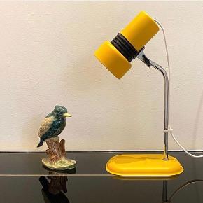 Fin bordlampe i metal har fået en flot varm gul farve. Højde 28 cm. Kan afhentes på Frederiksberg eller sendes mod betaling.  Se også mine andre upcyclede lamper og fine loppefund på @loftslopperne på Instagram.