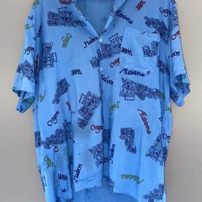 Oversize vintage kortærmet skjorte fra et ukendt fransk mærke. Brug den til sommer eller style den over en langærmet trøje ✨