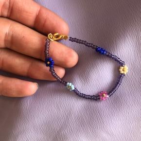 Perle armbånd med blomster 🌸 Forskellige farver 💮Prisen er fast pr styk og inkl Porto med postnord.