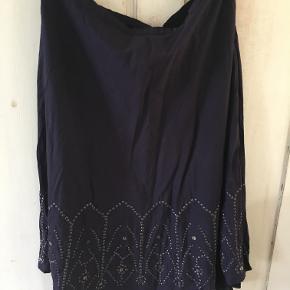 Fin nederdel fra Heartmade/Julie Fagerholt i str 40. Farverne er aubergine/sort. Den er er lavet af silke og bomuld. Livvidde: 2x41 cm, længde: 74 cm. Den er brugt 5 gange. BYTTER IKKE. Sælges for 437 kr inkl porto. e også mine andre annoncer!!!