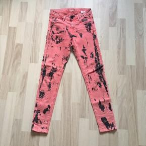 Specielle jeans i farverne sort/lyserød i str. 25W/L28. Den oprindelige pris var 250 kr, og de er kun brugt få gange, fejler bestemt intet og er sat til en god pris!🌸