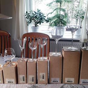 super flotte håndlavede design drikkeglas fra Kosta Boda, designet af Bertil Vallien (udgået & sjælden) Neden stående glas har ikke været i brug. stadig i originale kasser (Nouveau 1988-2000 ) 112 glas i orig. kasser + 17 glas uden kasser fra højre mod venstre:  21 champagne fløjter/glas 17 cl :(22721)  17 store rødvinsglas/ølglas 25 cl:(22707) 5 uden kasser  18 hvidvinsglas 15 cl: (22705) 6 uden kasser 15 sherryglas/vinglas 7,5 cl:(22703) 5 uden kasser 6 likørglas/vinglas 3 cl:(22701) 1 uden kasse 14 aquavit/snapsglas 5 cl:(22725) 7 cognacglas 15 cl:(22731) 14 tumbler/vandglas 20 cl:(22742) 125 kr / stk (sendes ikke, men kan hentes på Djursland, tæt på Tirstrup)  *Handel kan foregå via TS, kontant, via bankkonto & Mobilepay*