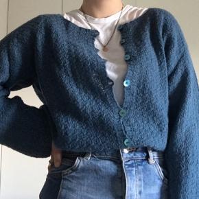 Super fin hjemmestrikket cardigan i 100% uld:)  Næsten ikke brugt. (Ses ikke på den, at.     den er blevet brugt et par gange).  Str: S/M.  (Tager imod bud, så byd endeligt).