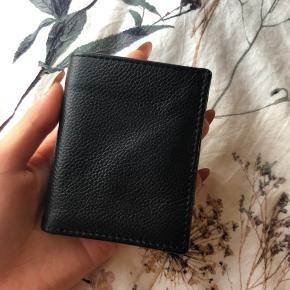 H&M Genuine Leather pung - købte den kun til en rejse i Asien, som jeg kom hjem fra for 2 måneder siden. Så nu hvor den ikke længere bliver brugt nok herhjemme, så har jeg valgt at sælge den :)   Som i kan se på de sidste billeder, så er det det eneste, der kan ses som en 'skade' på den!