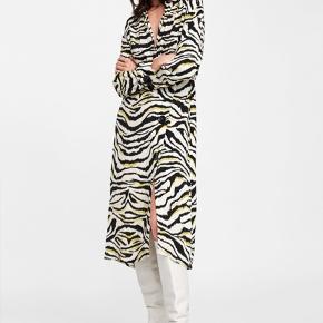Super fin zebra-mønstret kjole fra Zara med elastik i taljen og store knapper langs fronten 🦓