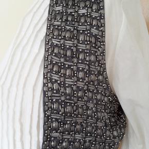 """Skal du """"sparkle"""" til julens og nytårets fester?? Så har jeg en fin lille vest - i musegrå silke med MASSER af fine pallietter - ingen mangler - er aldrig kommet igang med at bruge den. DEN DER KENDER MÆRKET - kender prisen som er skyhøj. Str. M og L kan passe den. + porto og ts-gebyr"""