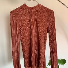 Fin plisseret bluse i størrelse S. Fejler intet ✨  #trendsalesfund