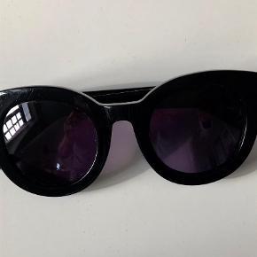 Varetype: Solbriller Størrelse: M Farve: Sort Oprindelig købspris: 1200 kr.  Der er lidt ridser på stellet. Ikke noget man ser. Se billede 2