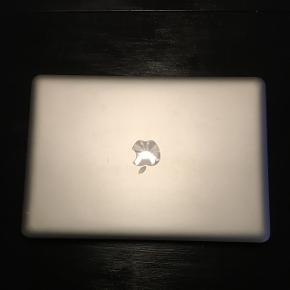 Macbook Pro. Fra 2013, brugt som studiecomputer. Opgraderet med flere ram og ssd harddisk. Virker perfekt, minimal slid da den kun har været brugt på studie. Lidt slid på opladeren.   Sælges da jeg har fået ny.   Kom med et fornuftigt bud :)