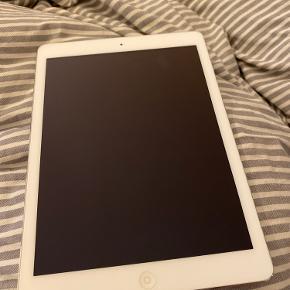iPad Air fra 2013 med 16 GB. Har været brugt minimalt og har altid været i cover. Der er lidt brugsskrammer fra coveret, men ellers fejler den intet. Coveret følger med hvis ønskes. Byd meget gerne :)