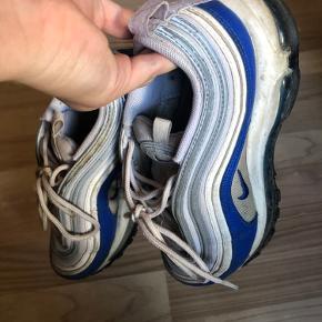 Sælger disse Nike Air 97  Skoen viser tydelige tegn på slid, og det ene Air er desværre punkteret.   De kan sagtens stadig gåes i, de er desværre bare ikke min stil mere.    Byd gerne :)